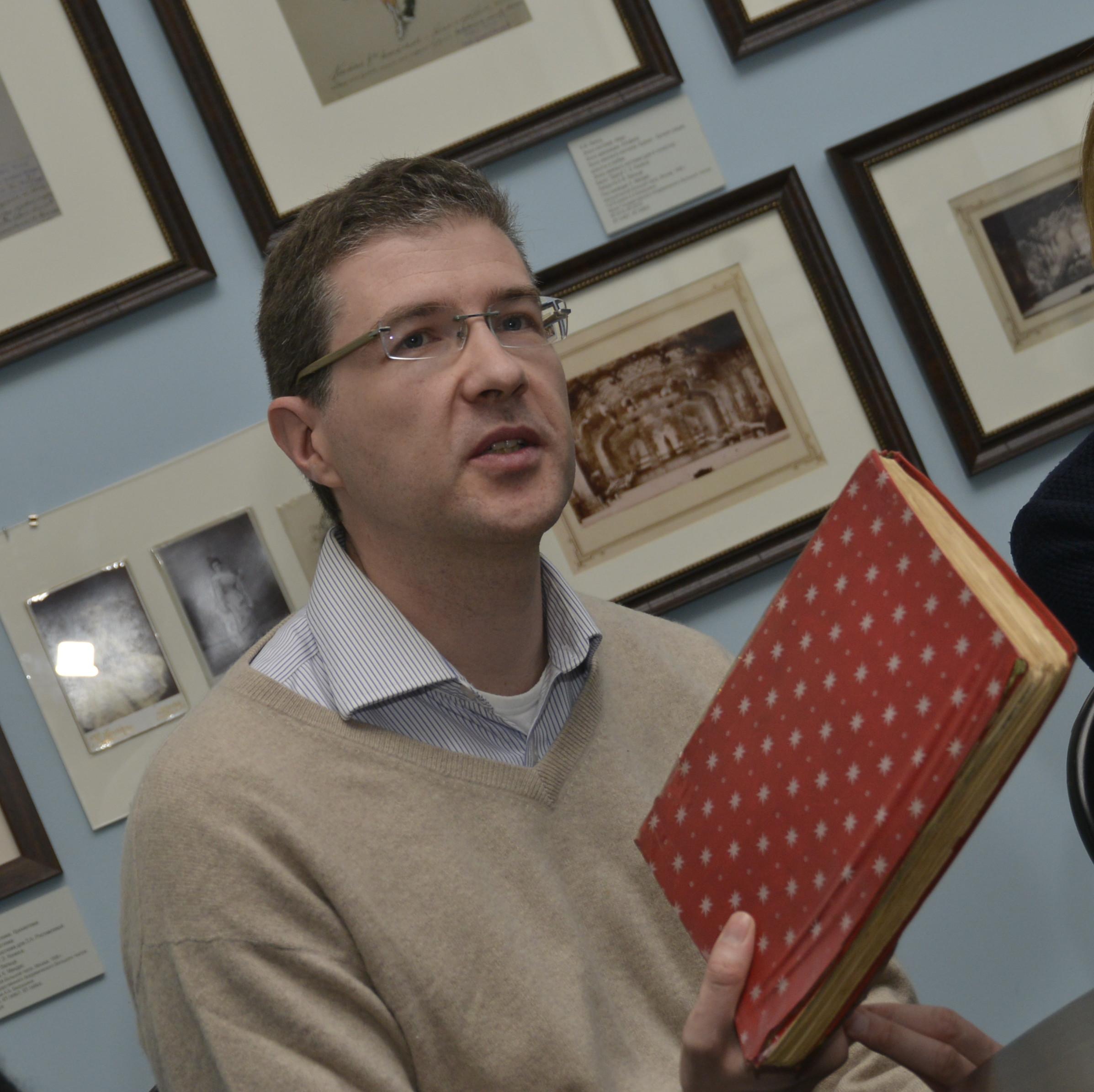Алексей Никулин показывает переданные в дар музею документы. Фото Леонида Бурмистрова